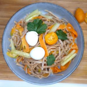 Nouilles soba, wok de légumes, sauce épicée