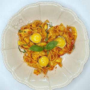 Rubans au citron chia et sauce tomate, ricotta, jaunes d'œufs de caille