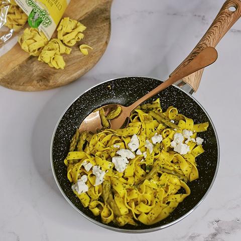 Rubans citron chia, asperges vertes, fêta