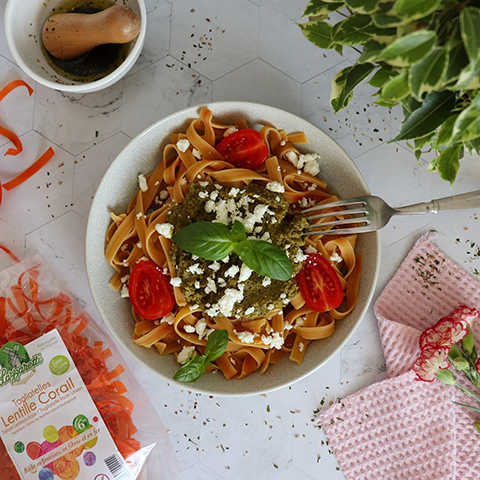 Tagliatelles Lentile Corail sans gluten au pesto, feta et tomates cerises